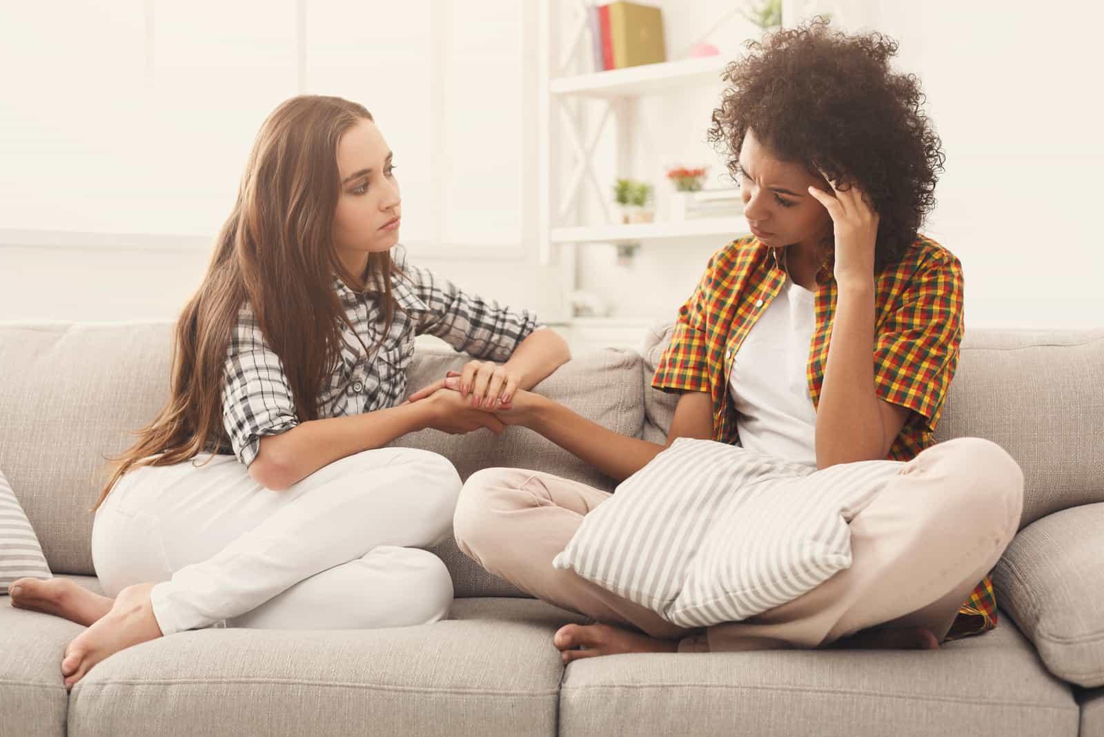 des amis s'assoient sur le canapé et parlent