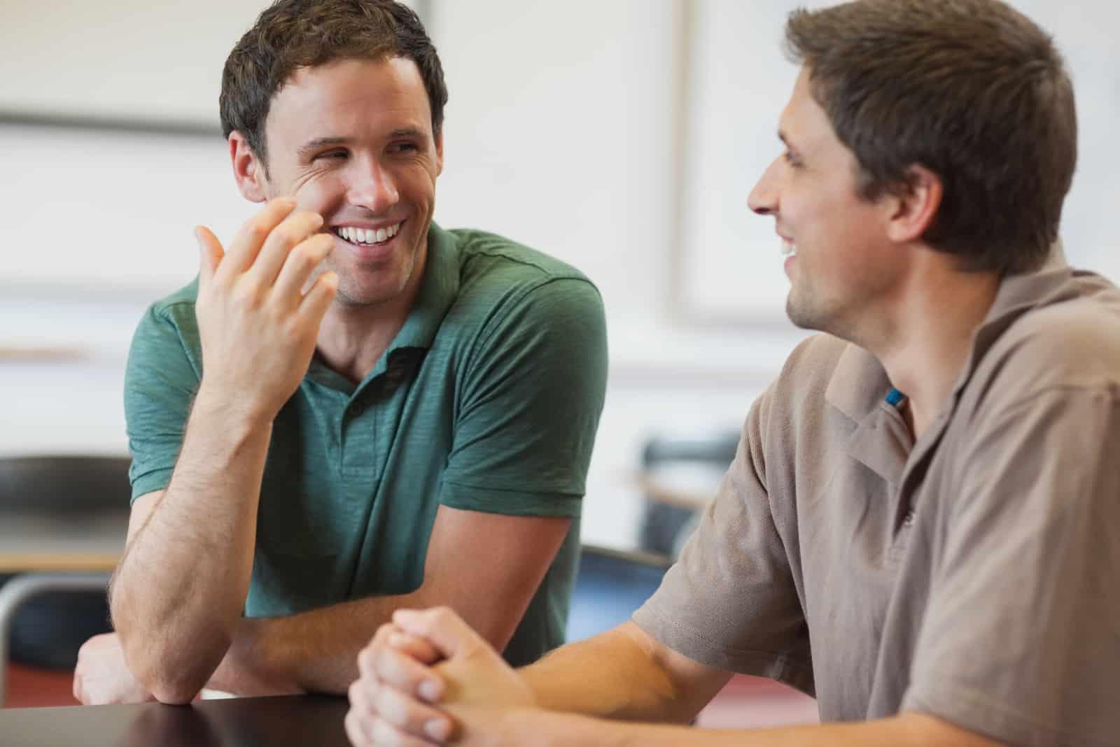 deux amis s'assoient et parlent