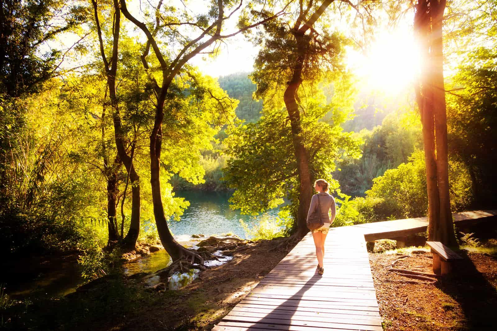 femme marche dans le parc