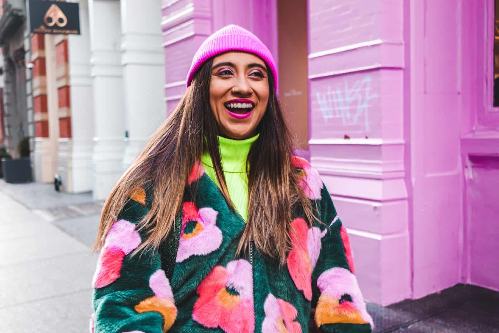 femme avec un bonnet rose souriant