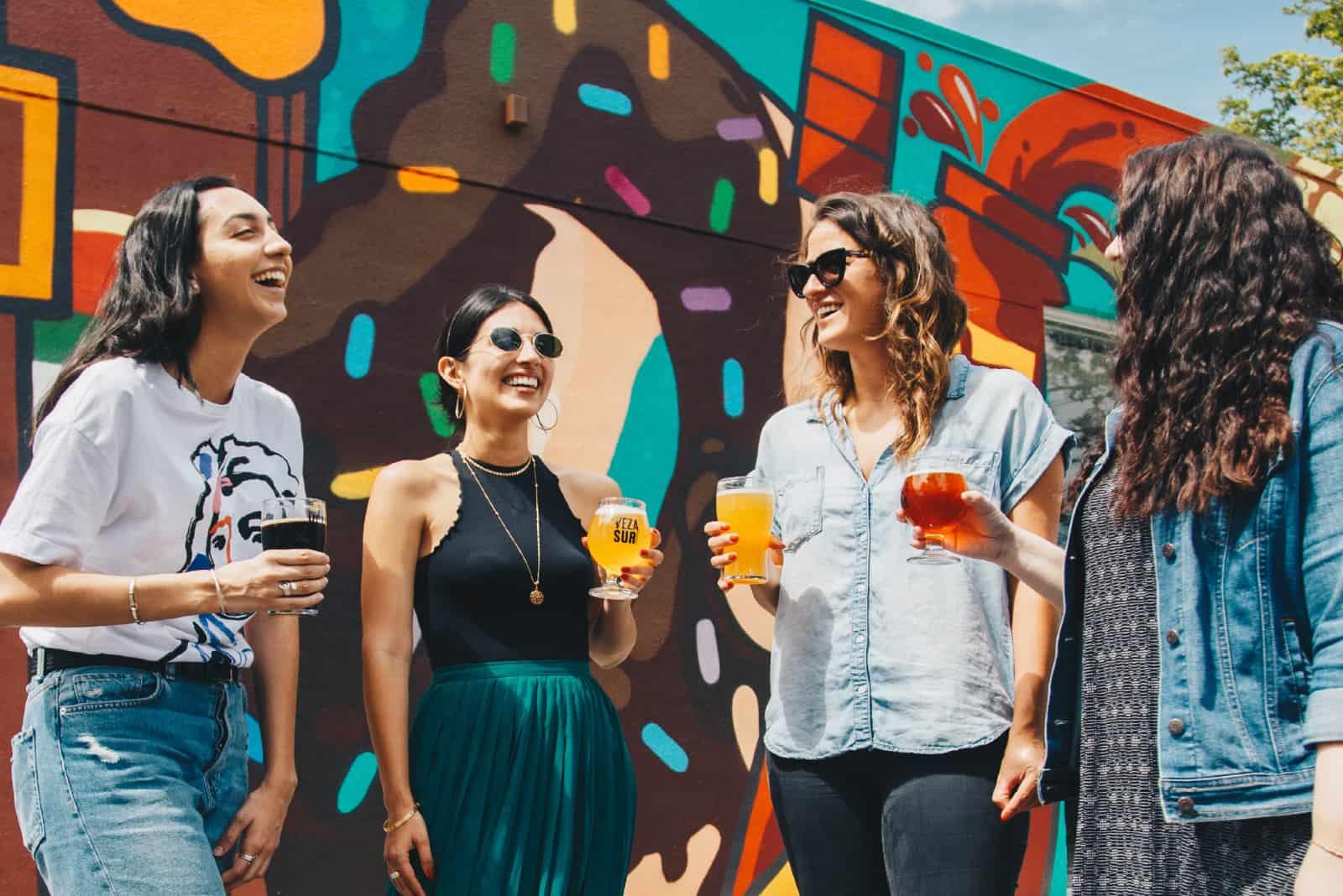 quatre femmes souriant en buvant de la bière
