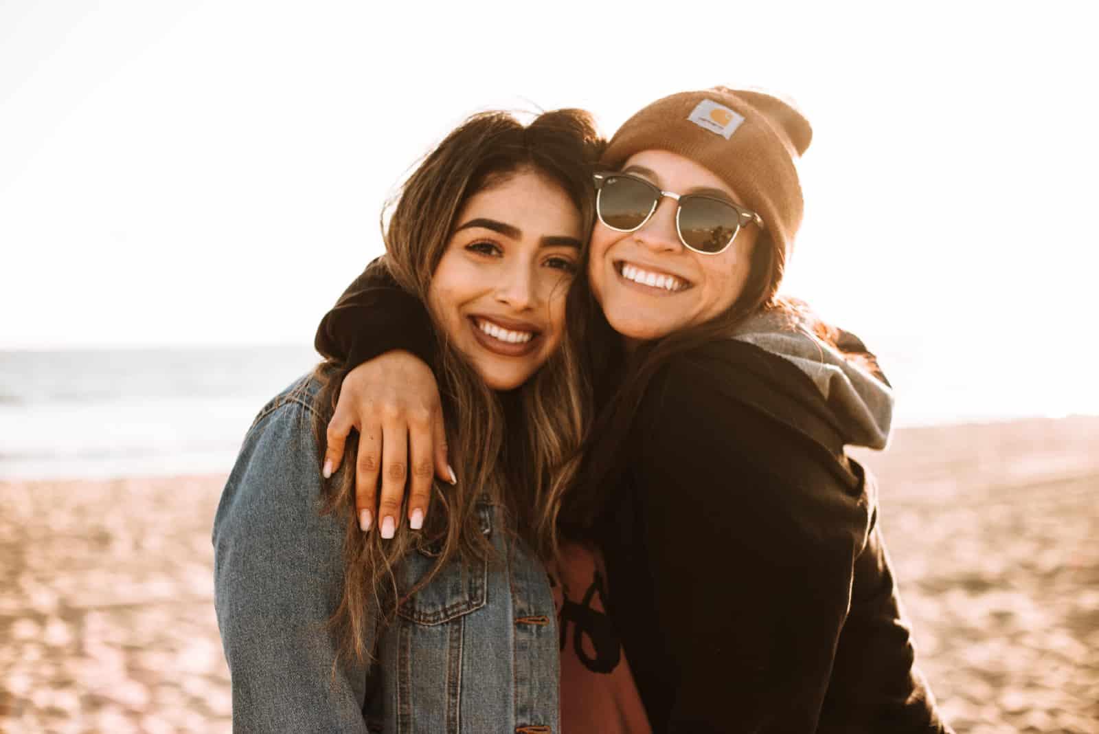 deux femmes souriant sur la plage