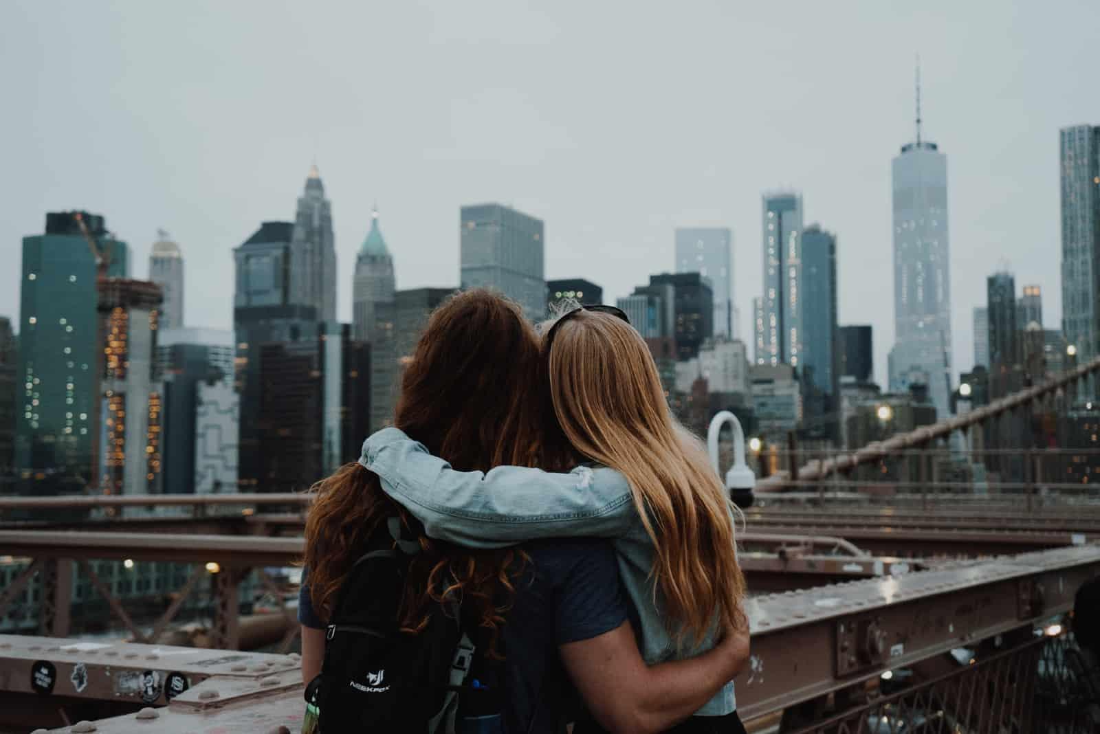 deux femmes s'embrassant en regardant la ville
