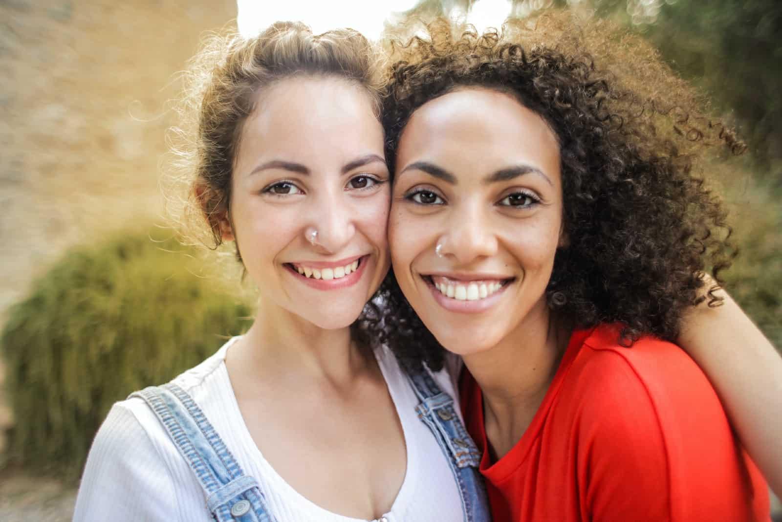 deux femmes heureuses s'embrassant en plein air