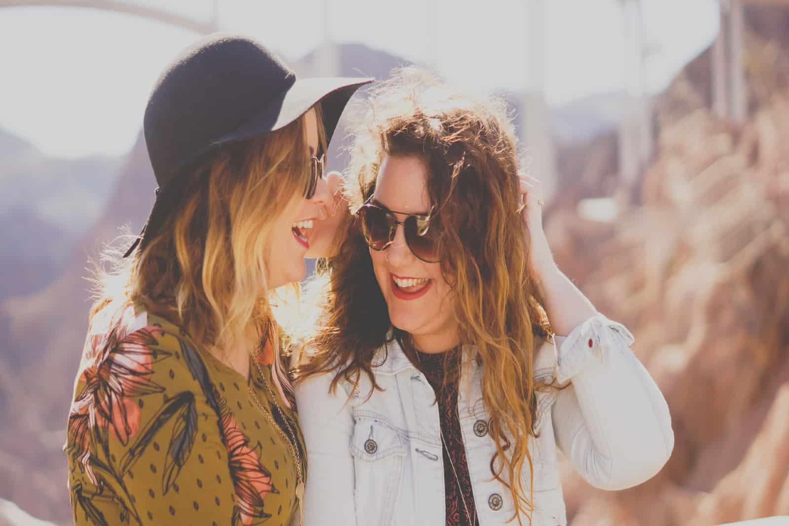deux femmes avec des lunettes qui sourient