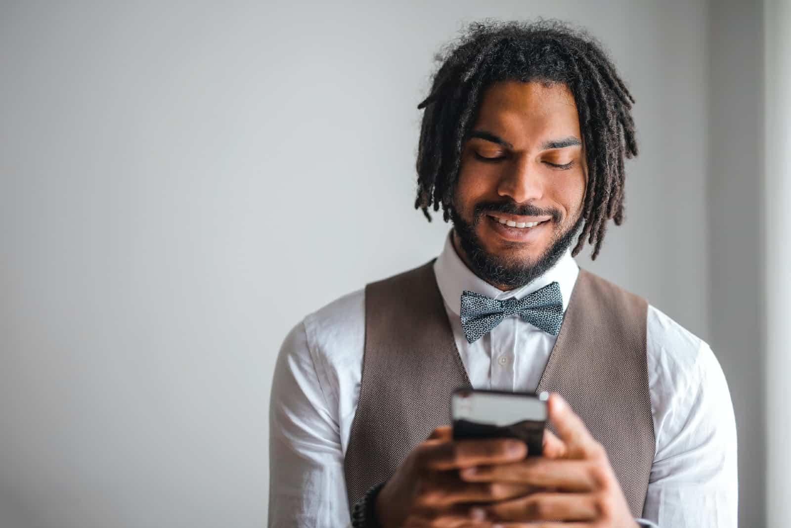 homme utilisant un smartphone en intérieur