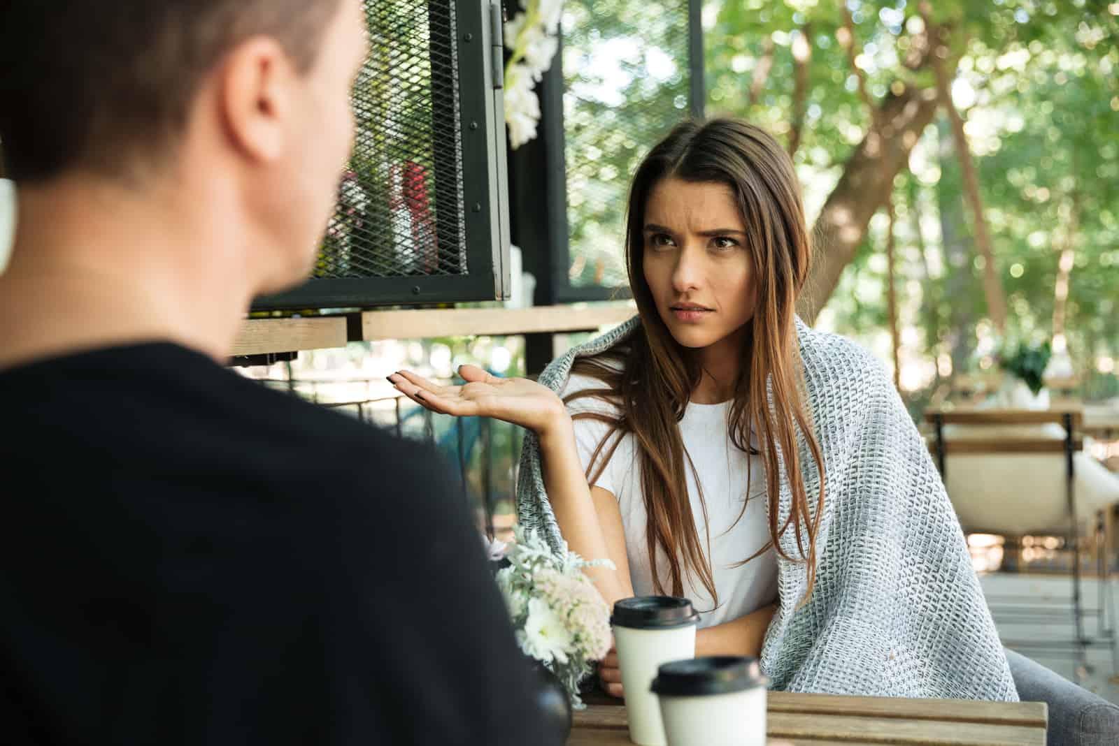 la femme parle confusément avec l'homme
