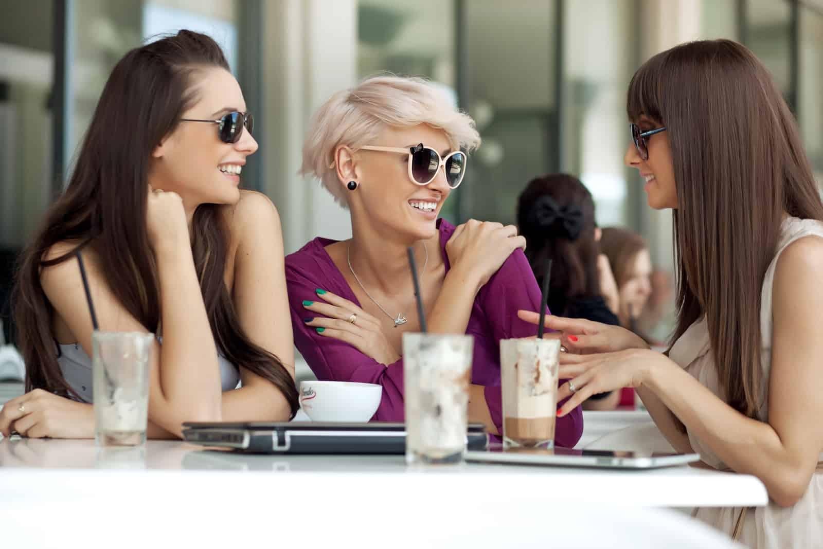 les amis s'assoient à l'extérieur et parlent