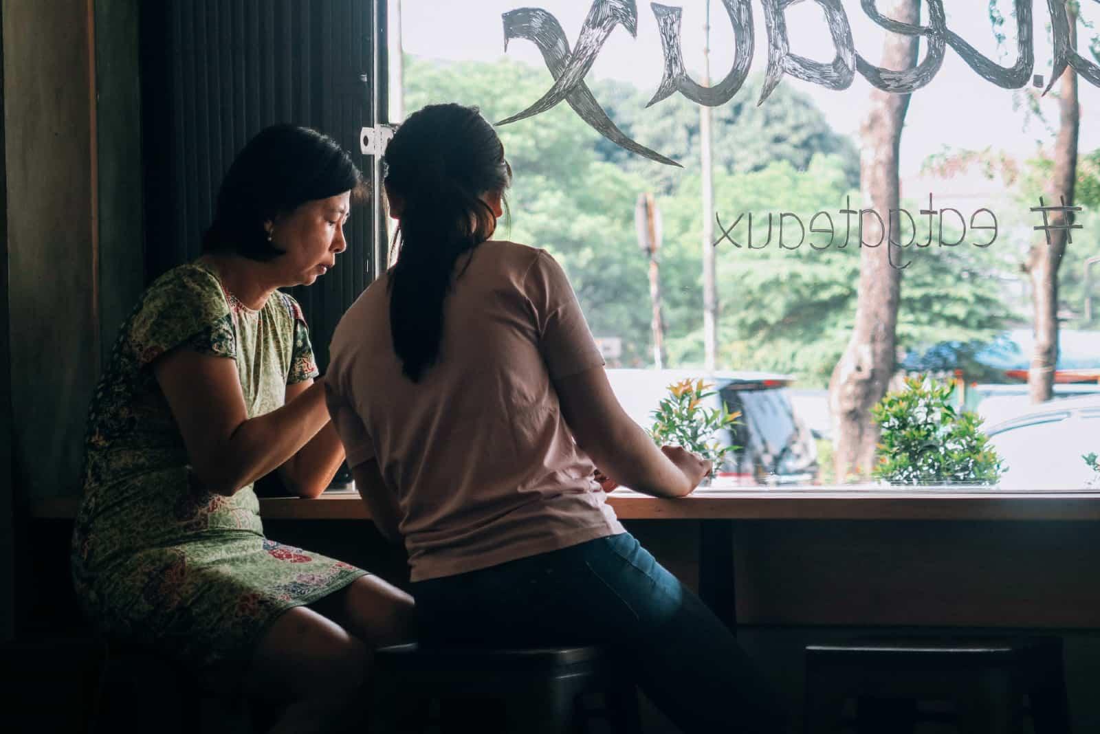 mère et fille discutant dans un café