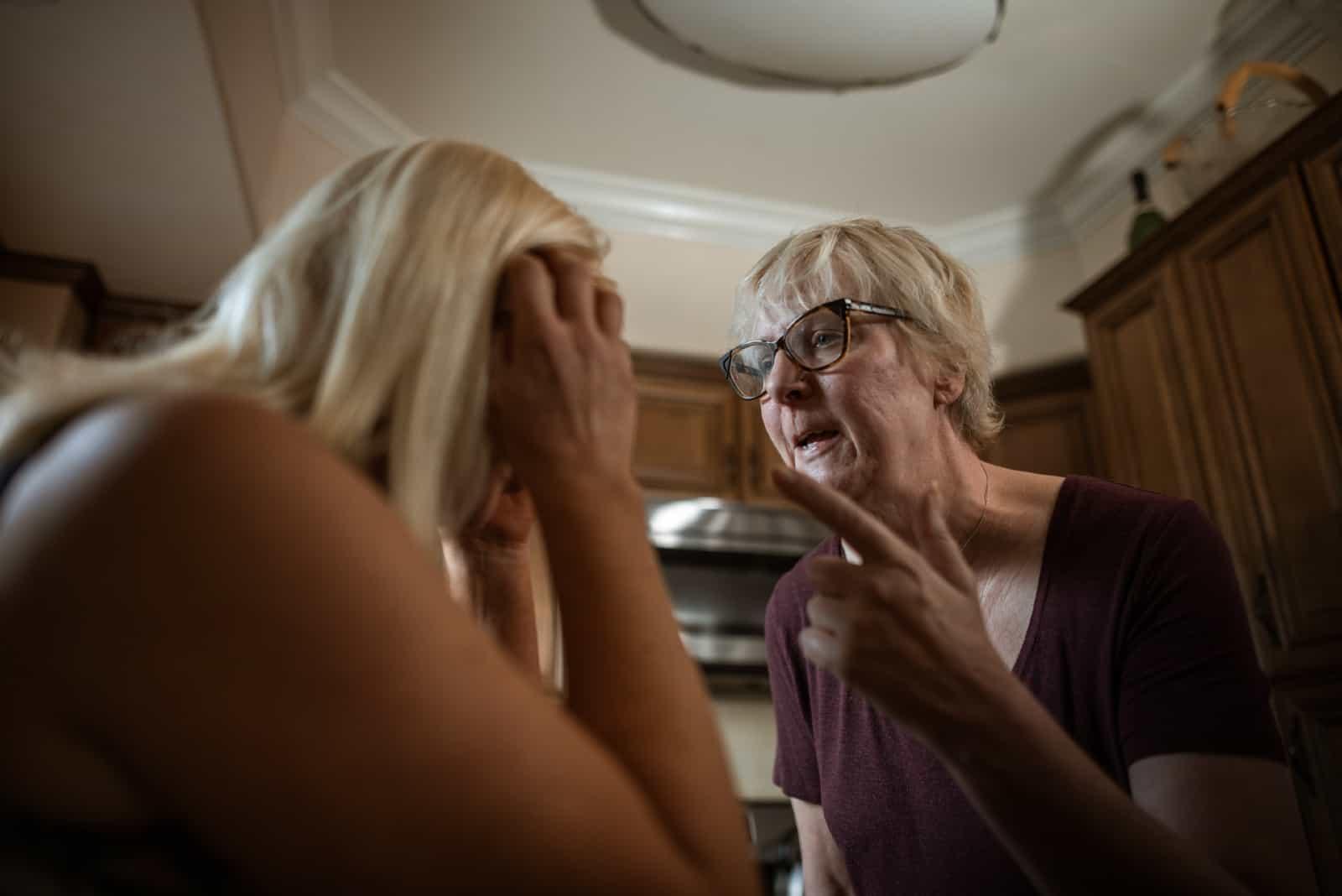 mère parlant à sa fille debout à l'intérieur