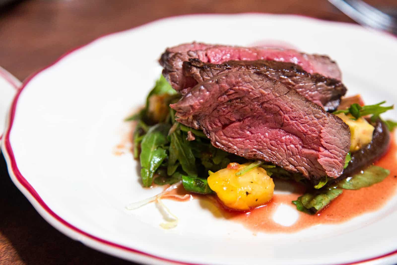 steak grillé dans une assiette sur une table