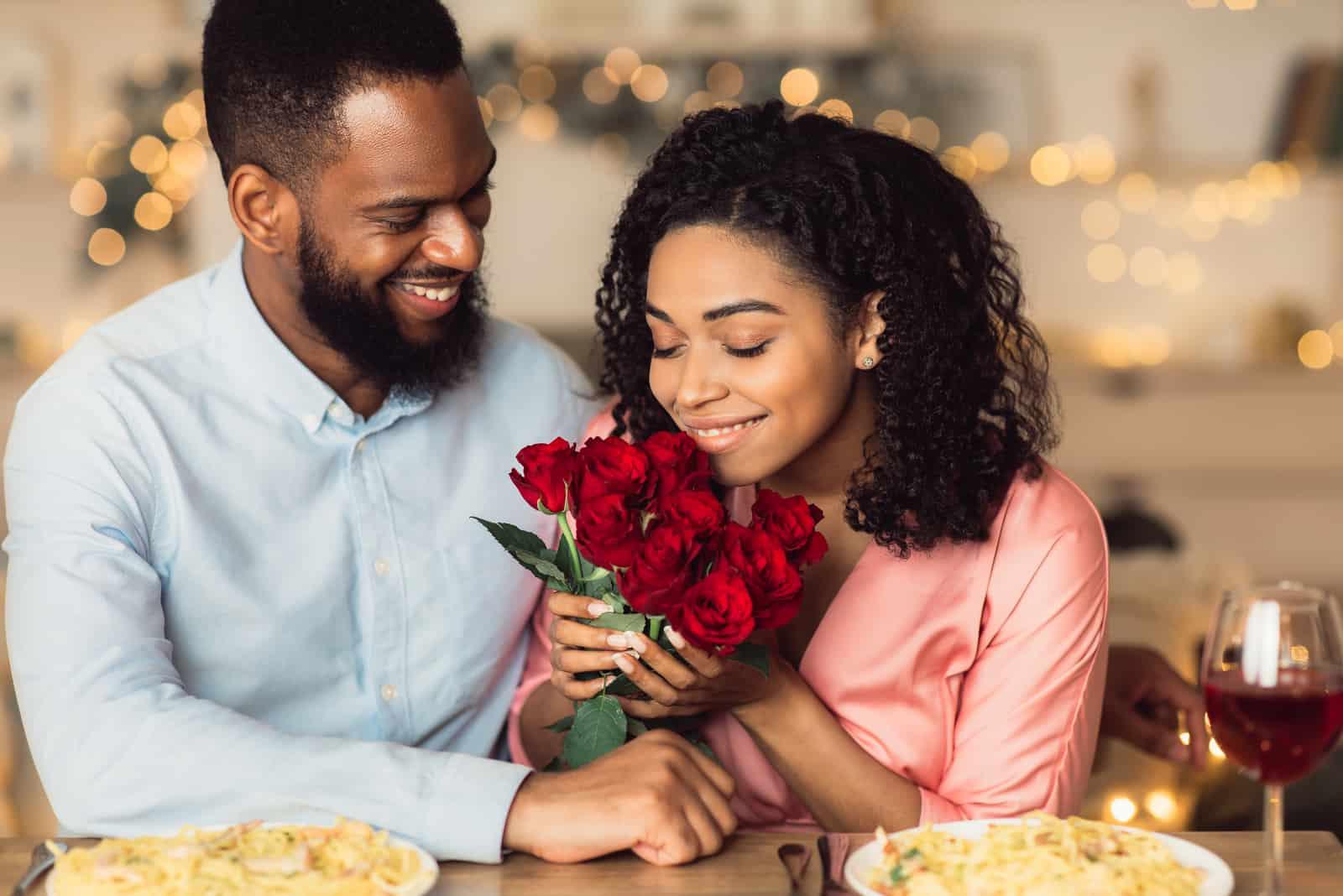 un homme a acheté un bouquet de roses à une femme