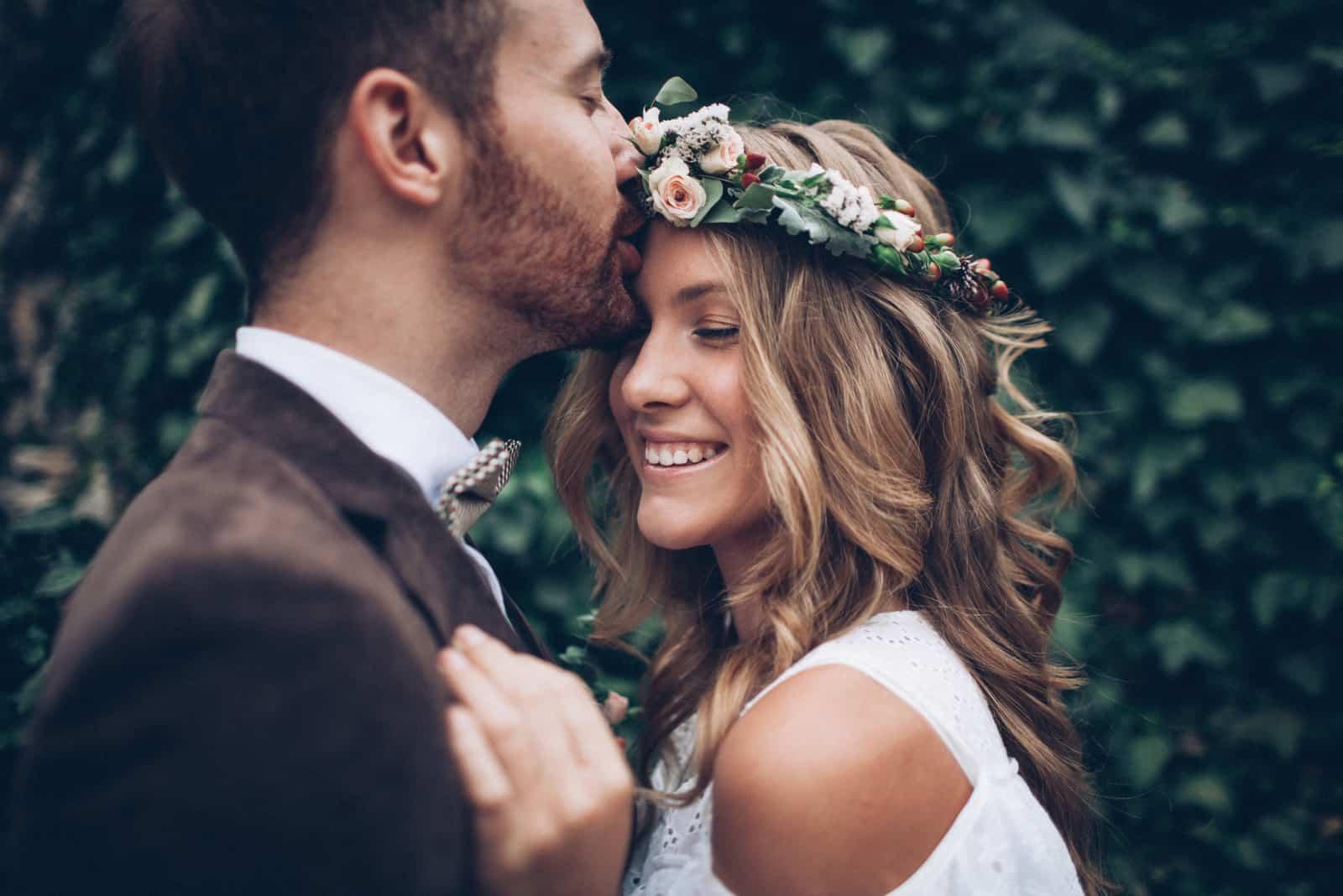 un homme embrasse une femme sur le front