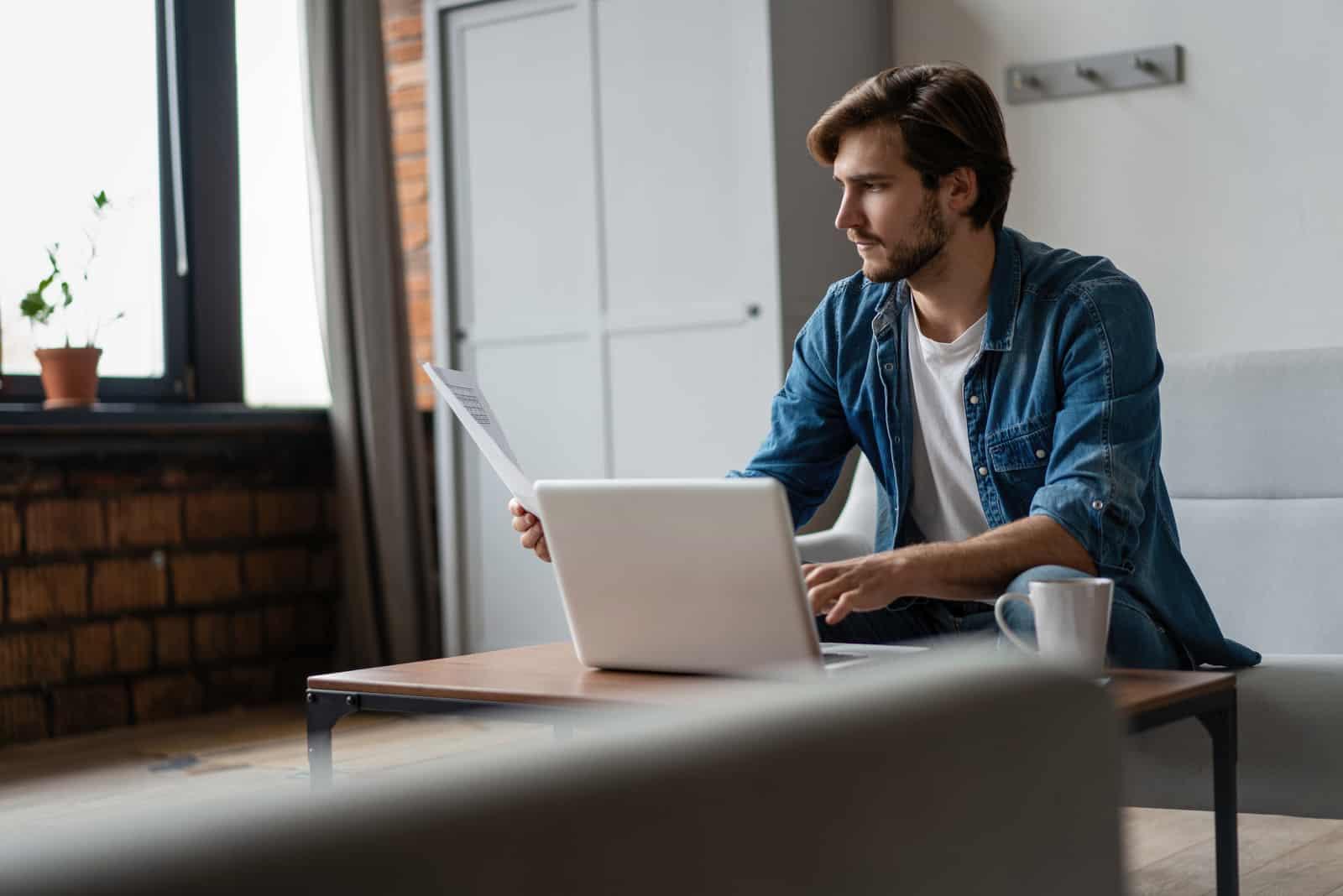 un homme est assis dans un bureau et travaille