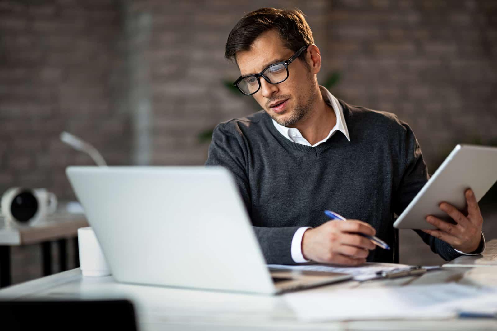 un homme est assis et travaille à une table