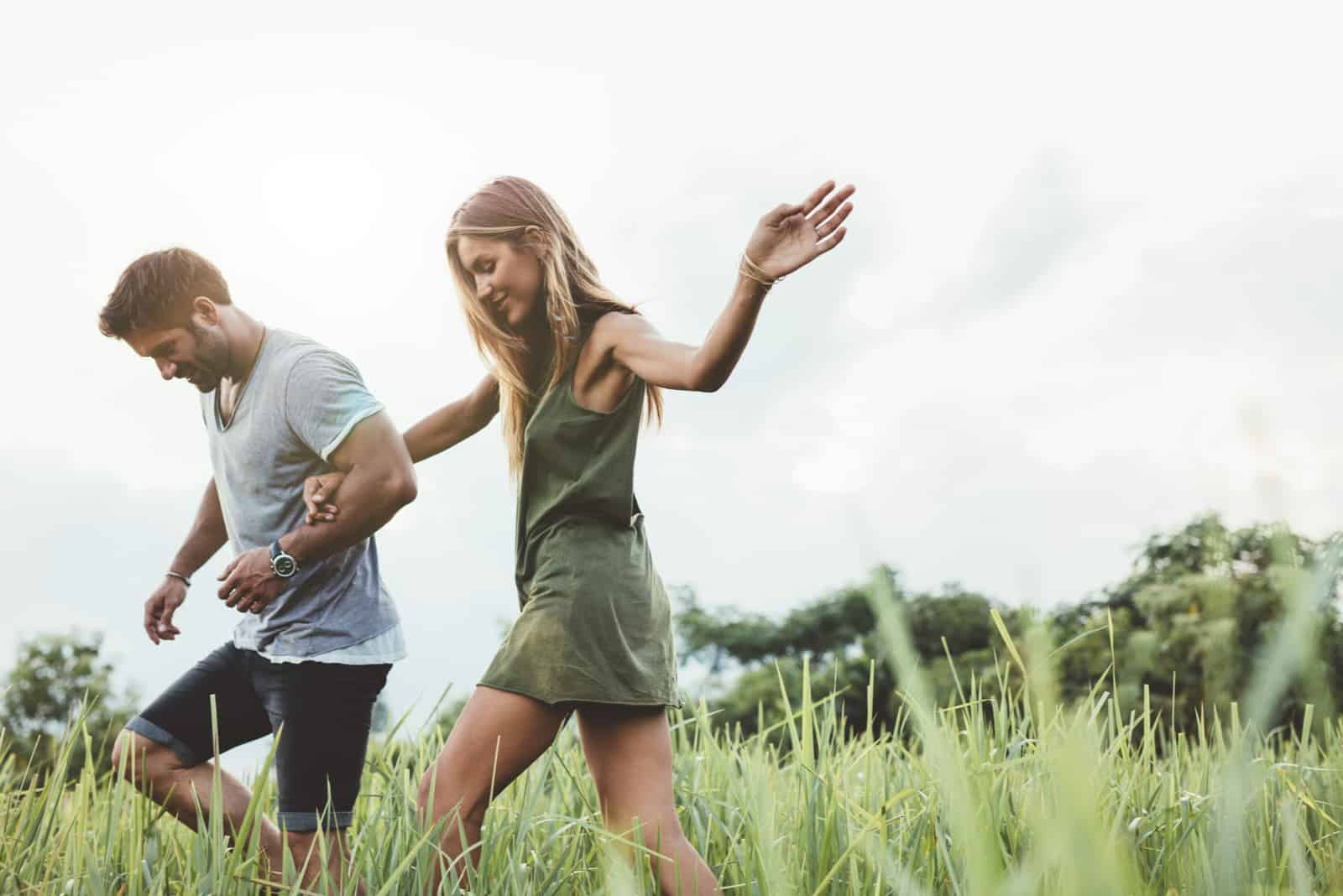un homme et une femme courent à travers le champ