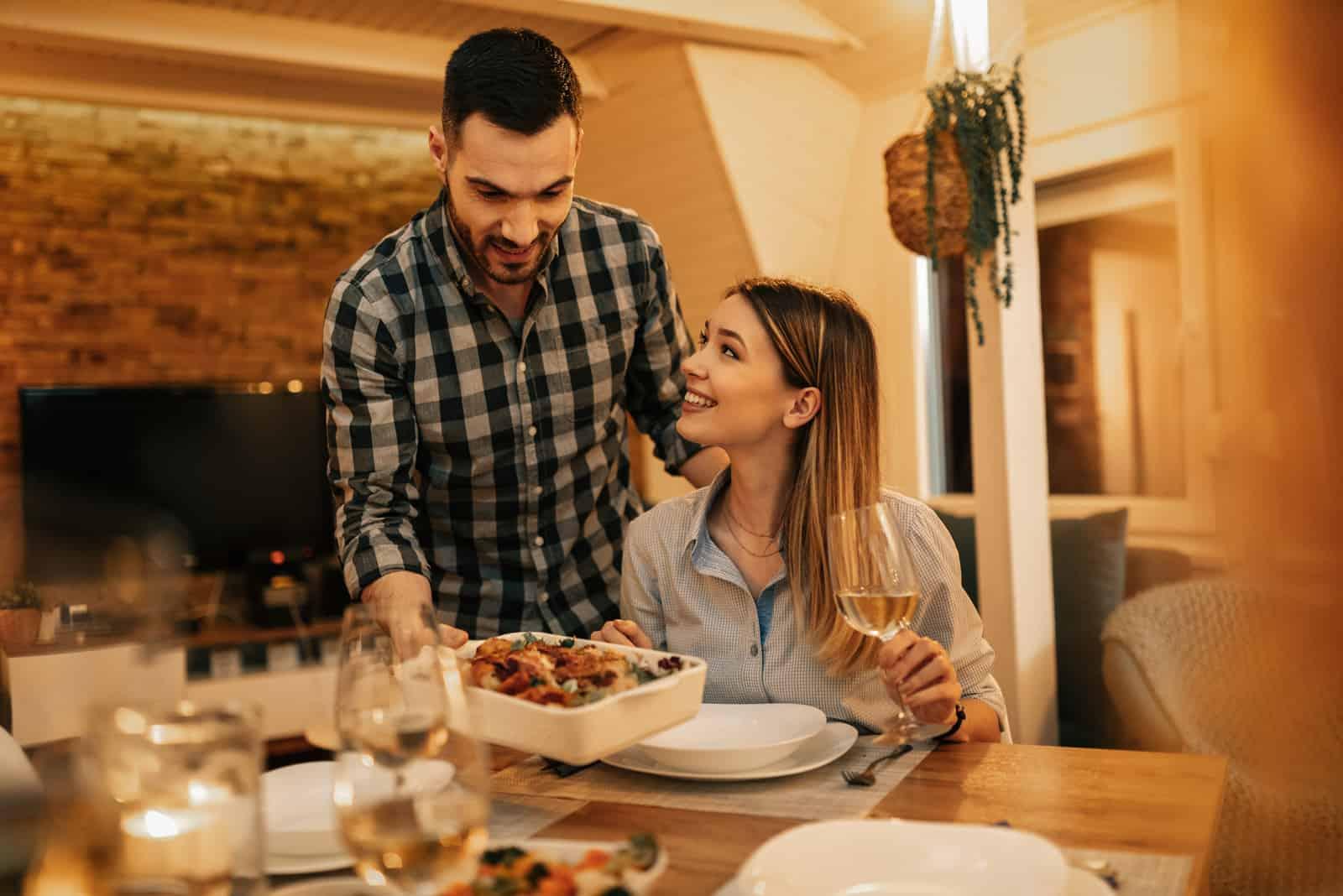 un homme et une femme dînent à la maison
