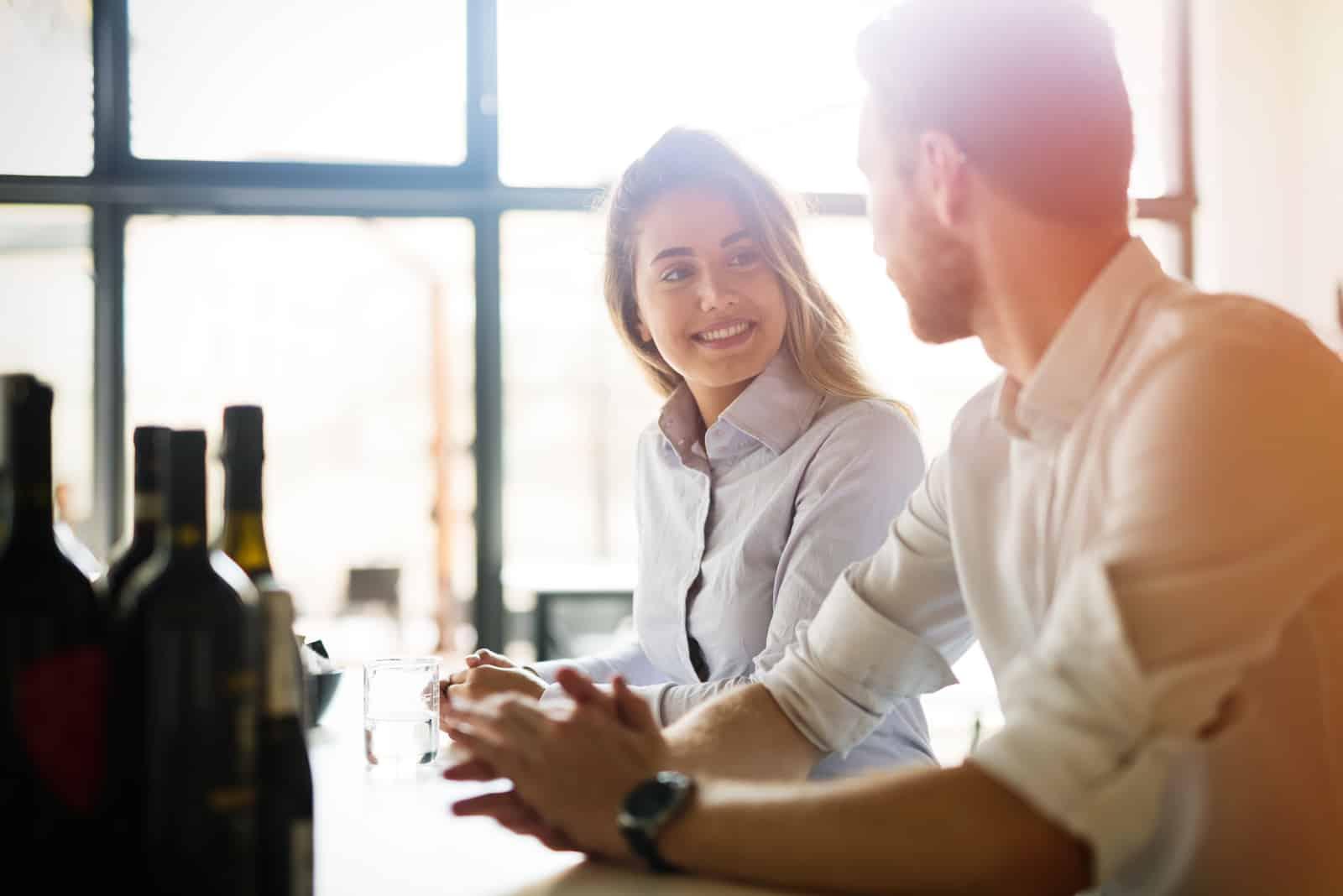 un homme et une femme se regardent pendant qu'ils parlent