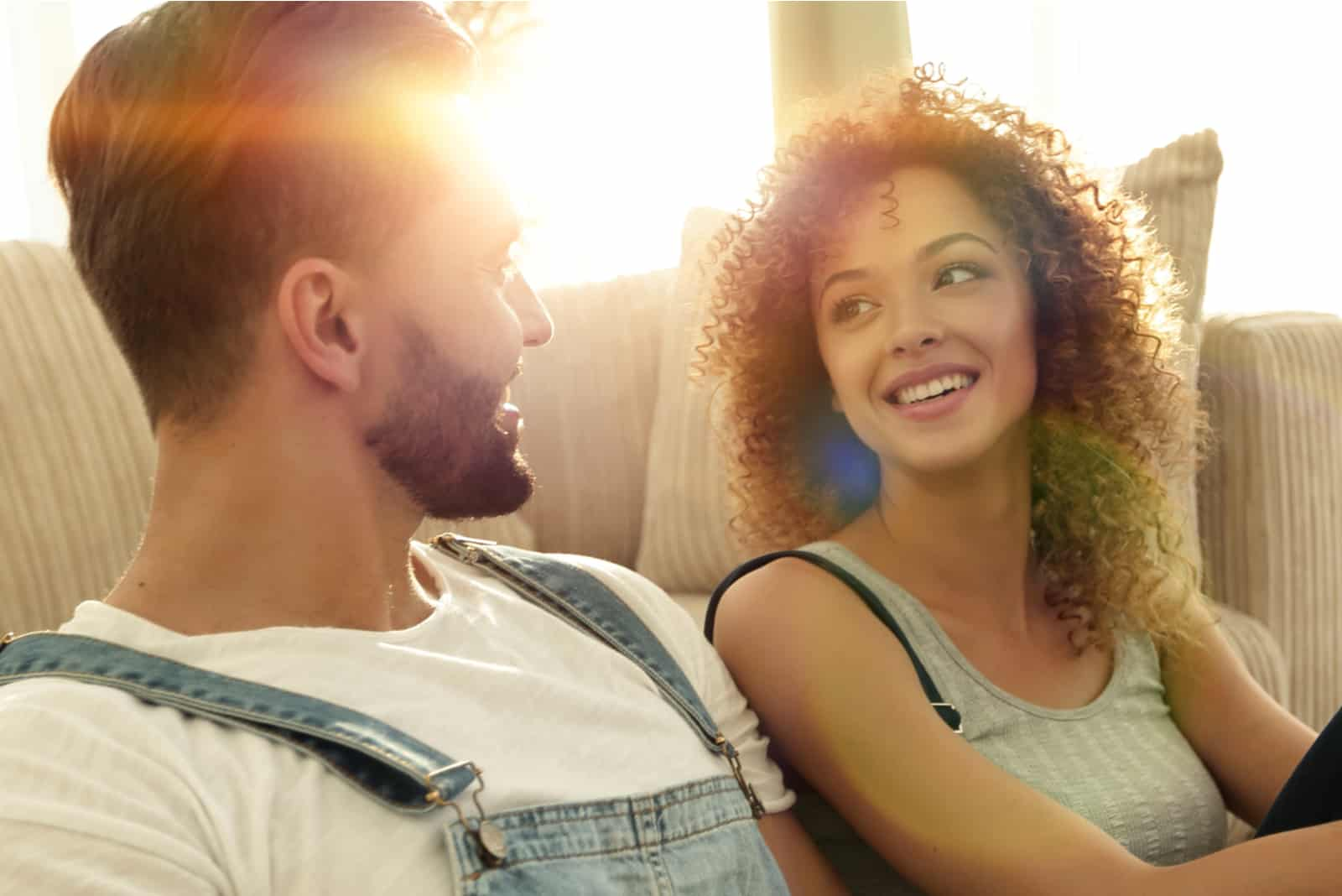 un homme et une femme souriants se regardent