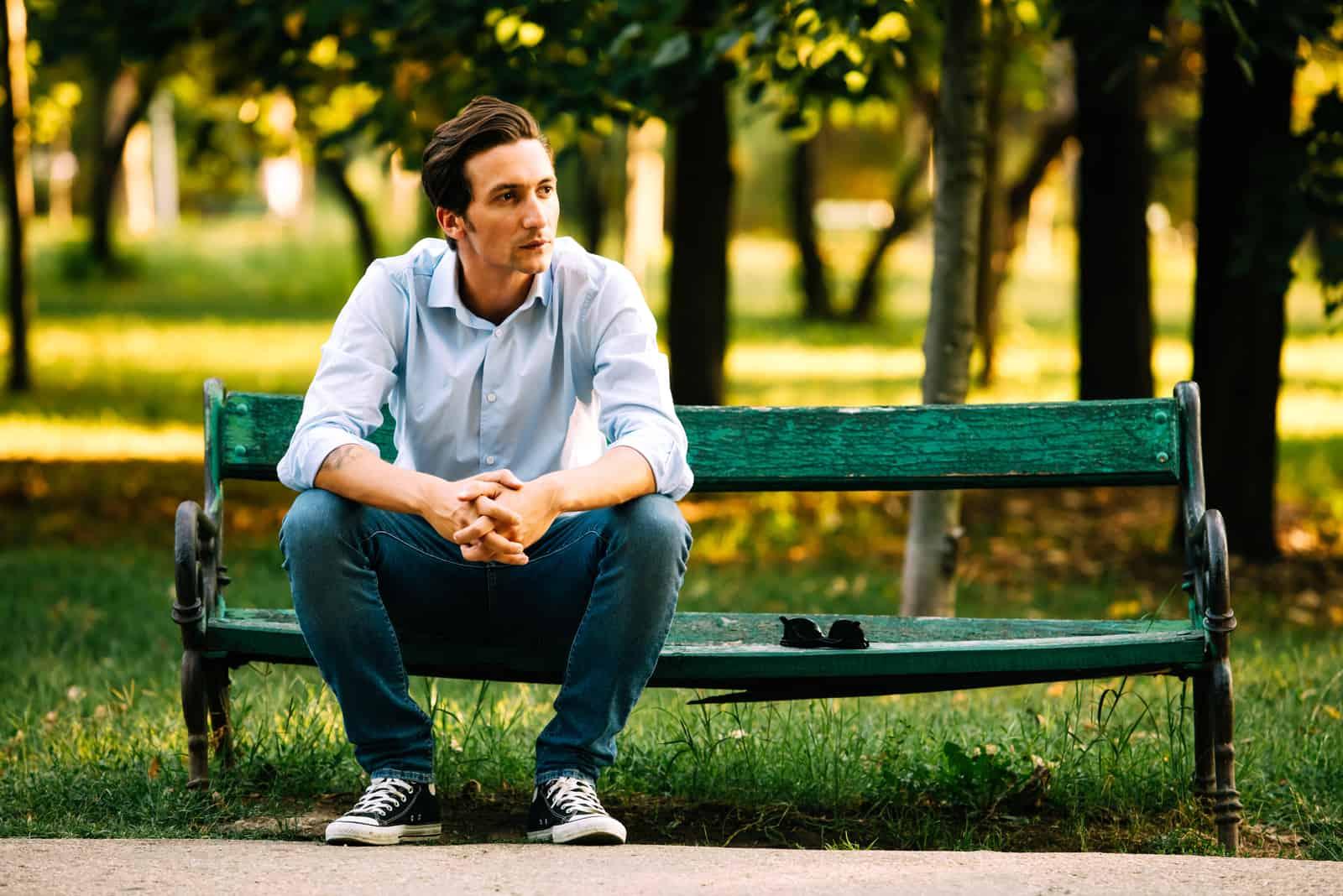 un homme imaginaire assis sur un banc de parc