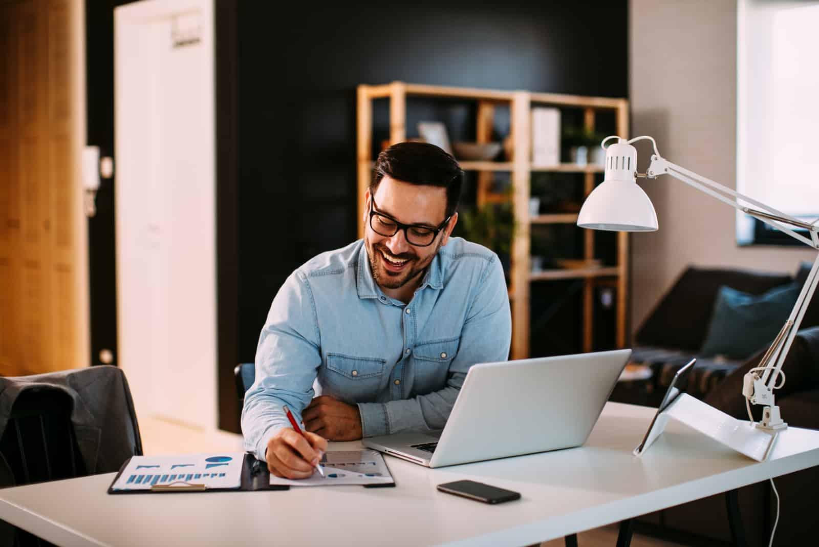 un homme souriant travaillant au travail