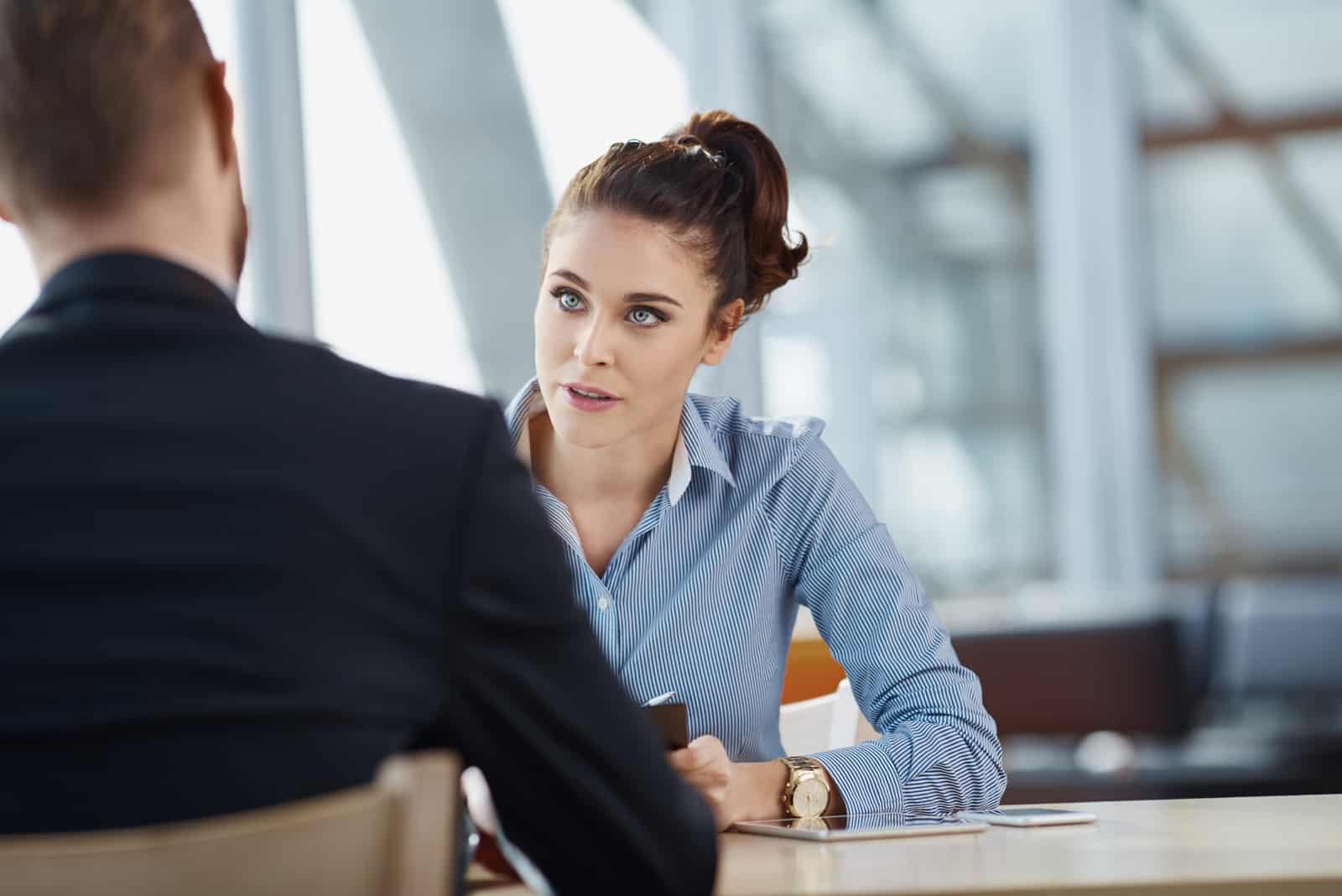 une femme confuse qui parle à un homme