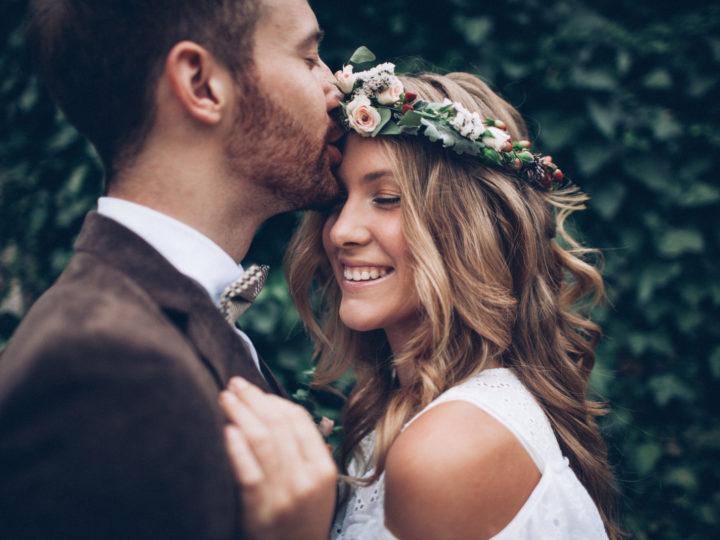 un homme embrasse une belle femme sur le front