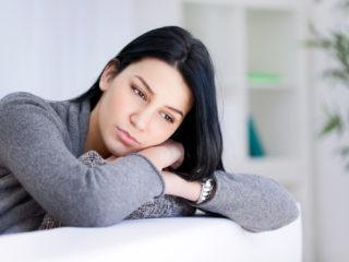 une femme imaginaire appuyée sur le canapé