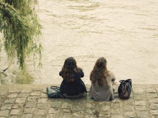deux amis assis l'un à côté de l'autre