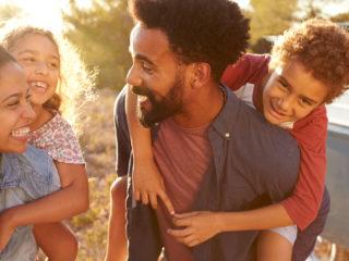 famille heureuse rire ensemble