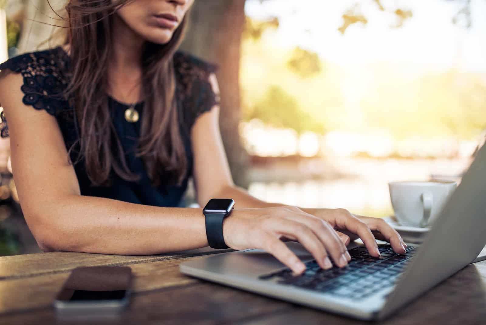 bouton cheveux noirs femme sur ordinateur portable