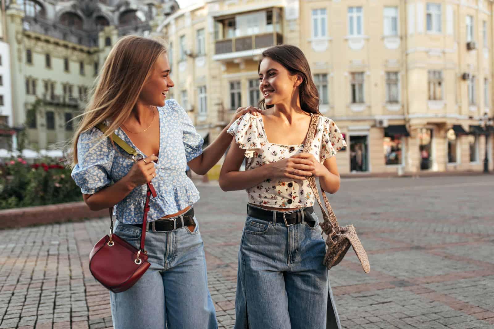 deux femmes marchant dans la rue