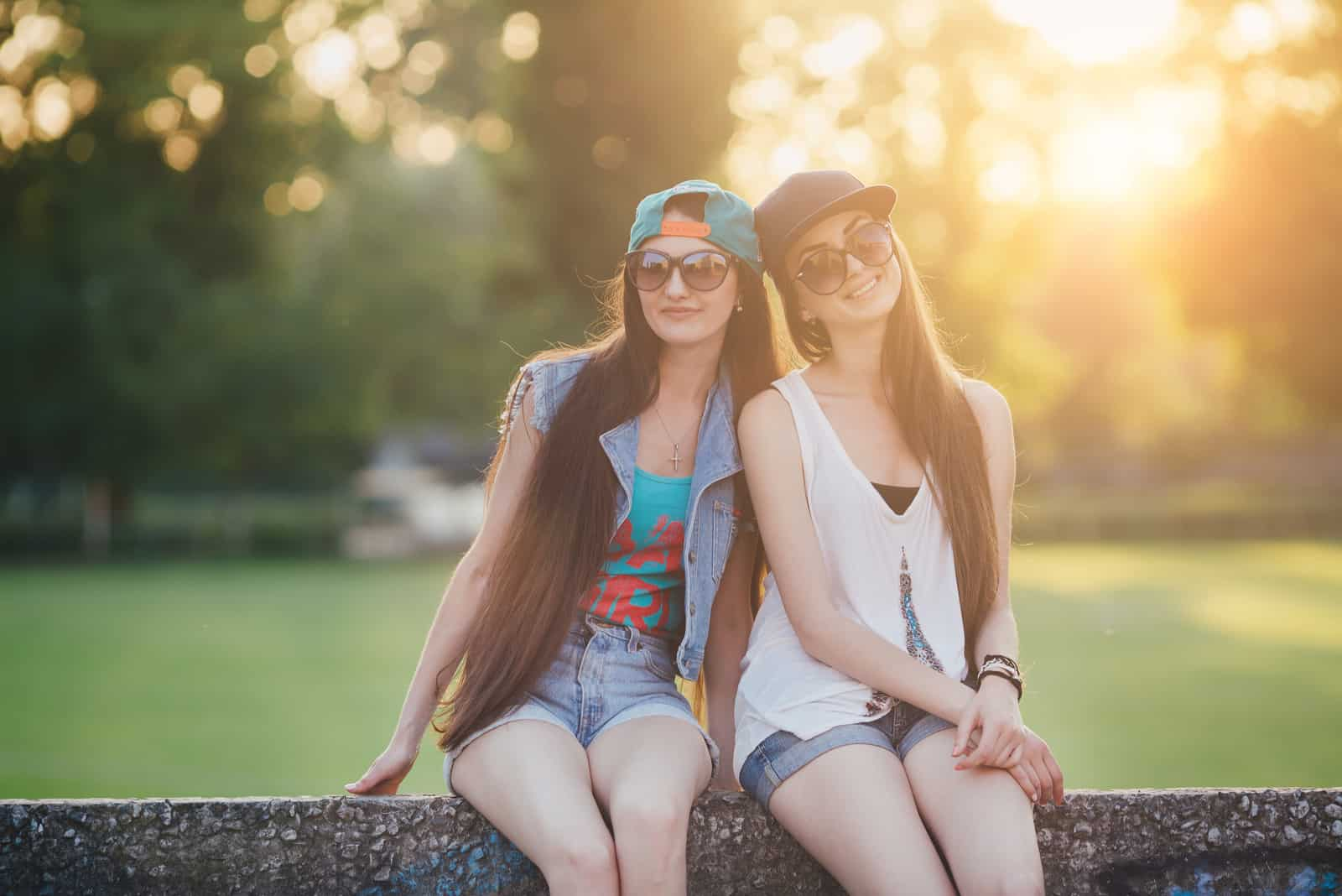 deux femmes sont assises sur le dos