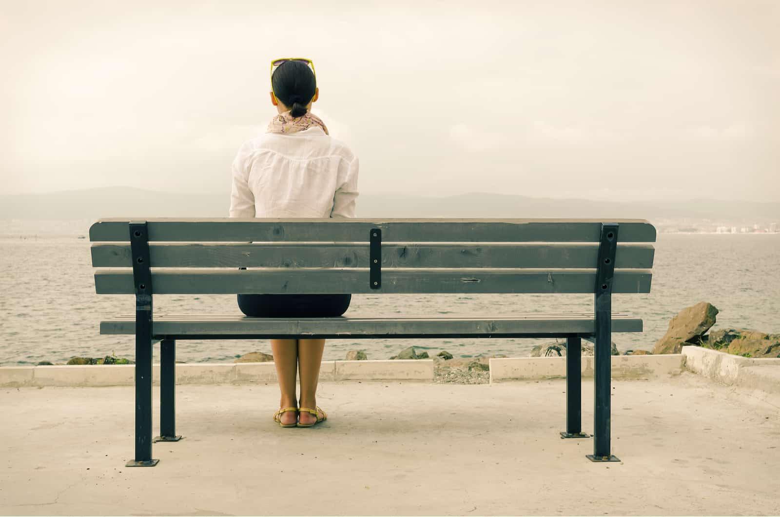 femme assise seule sur un banc