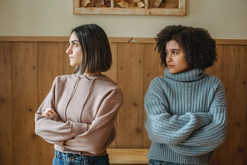 femme triste regardant une amie offensée debout près d'elle