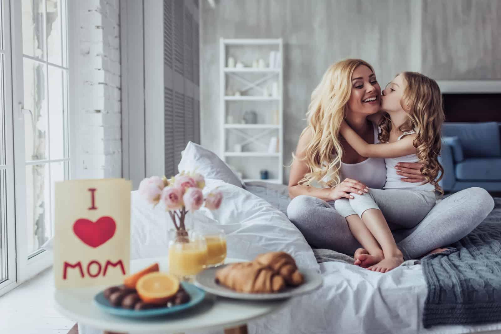 fille embrasse maman dans la joue