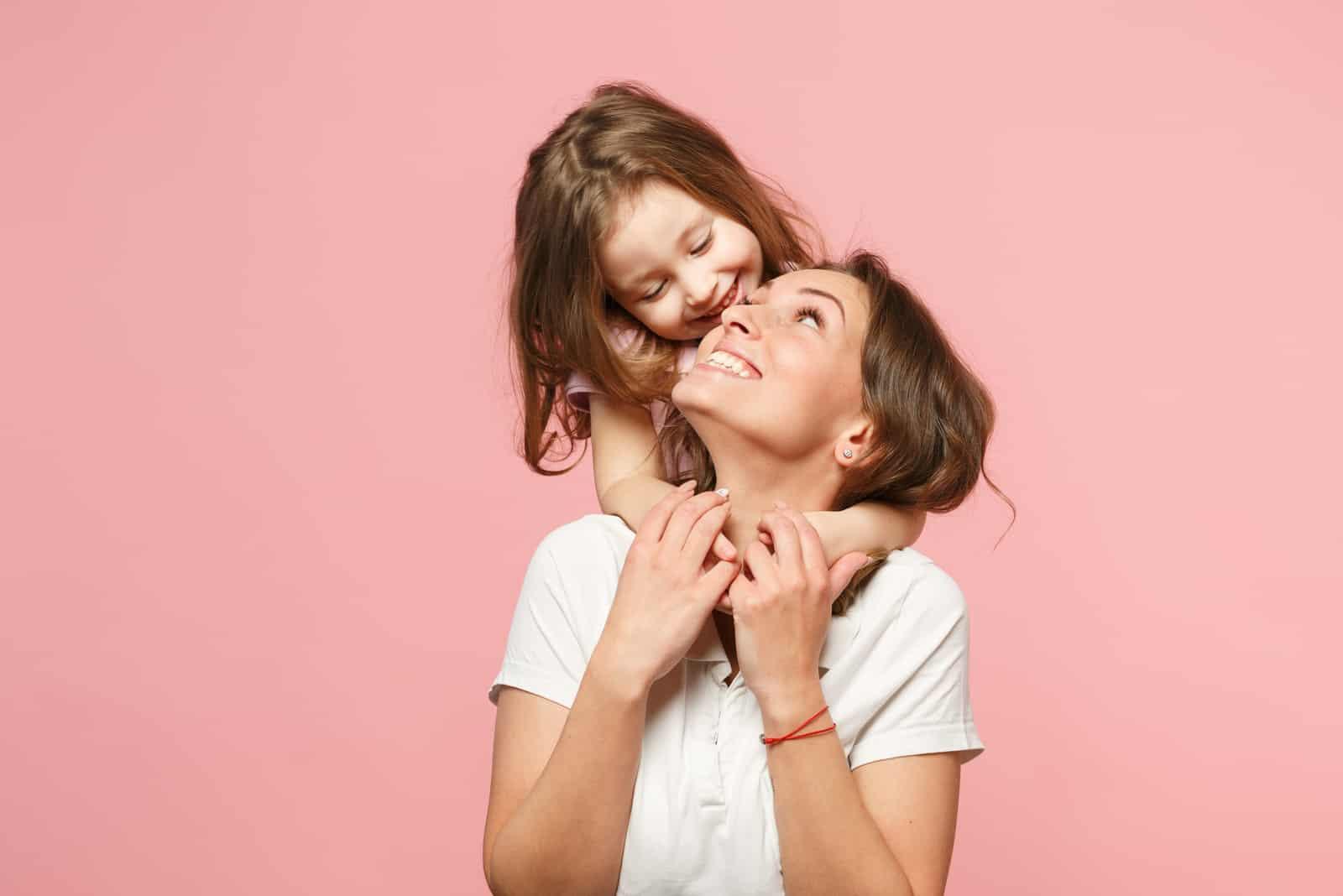 fille embrasse maman et rit