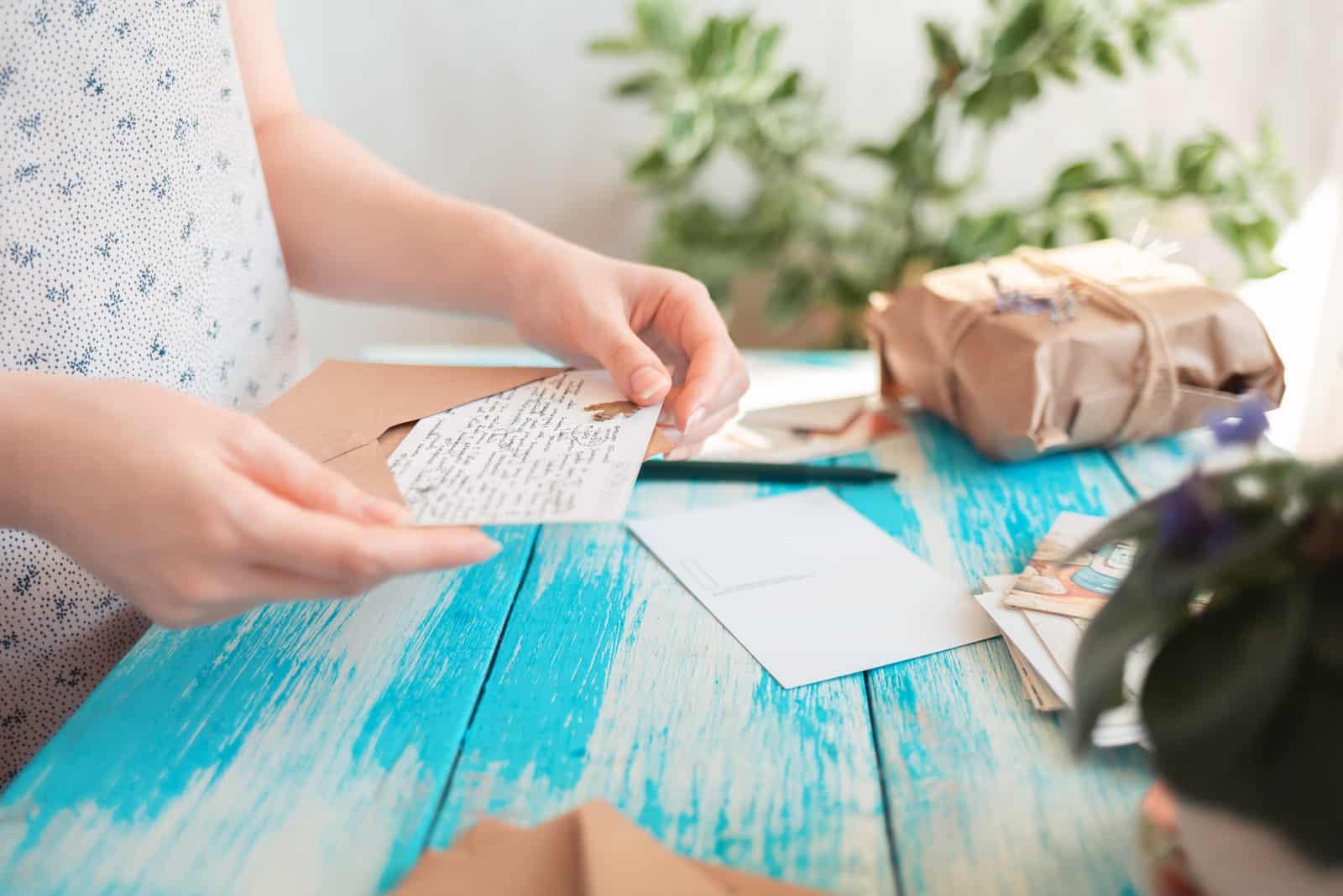 la femme emballe une carte de voeux
