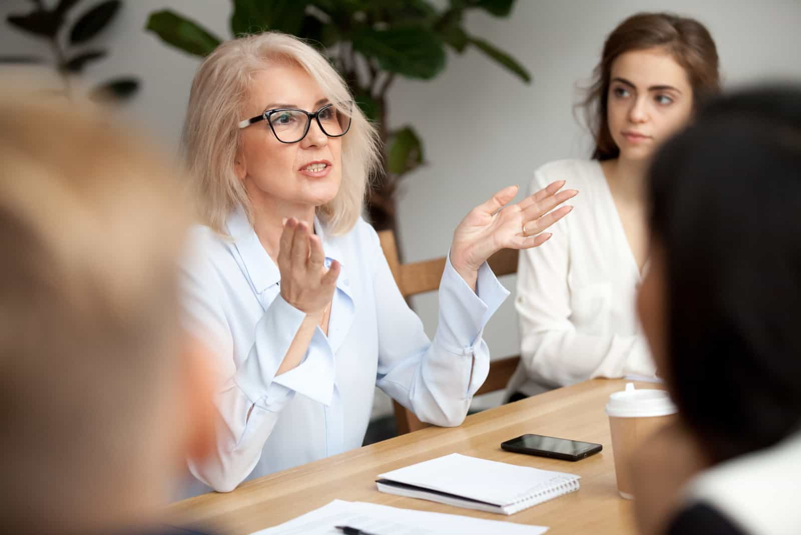 la femme est assise au travail et parle aux clients