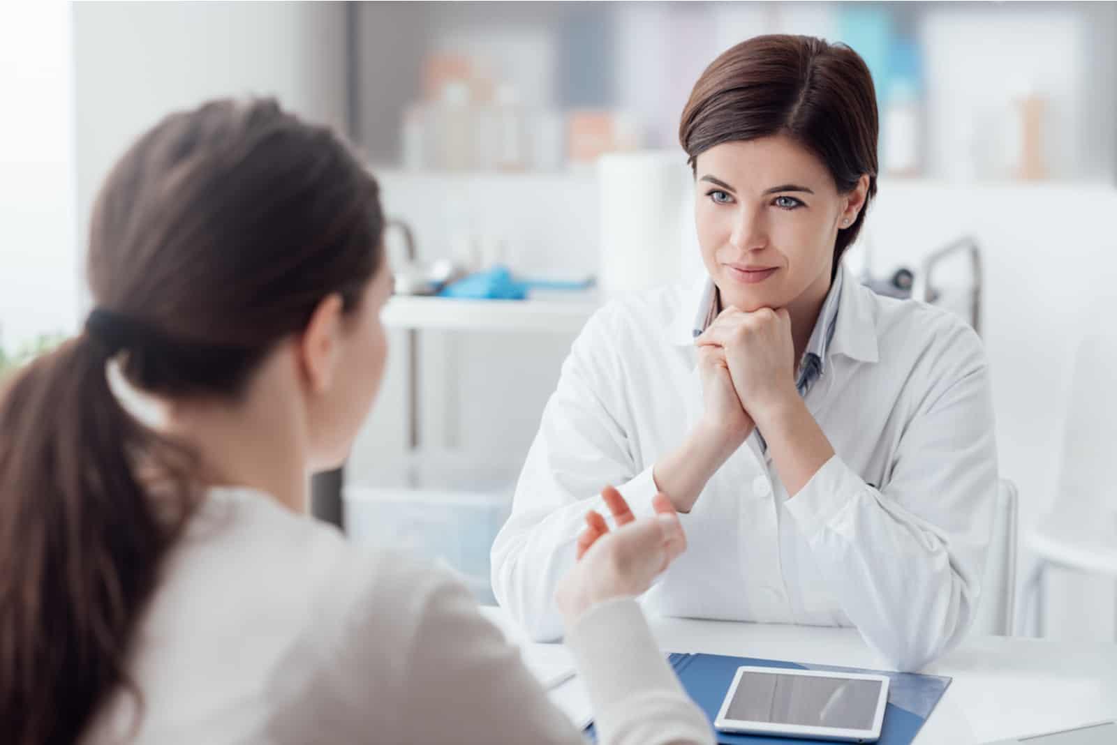 la femme parle au thérapeute