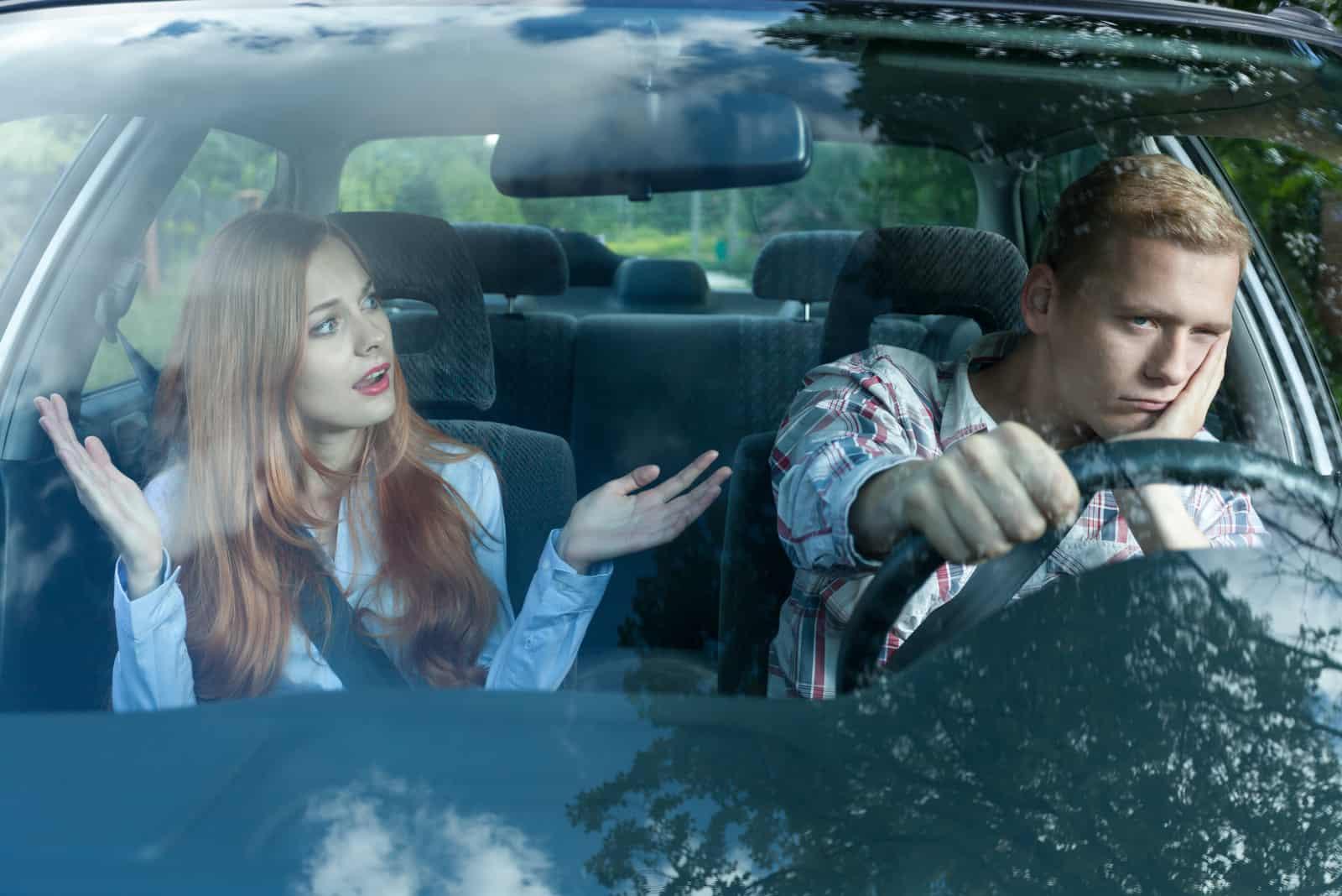 la femme se dispute avec le gars dans la voiture
