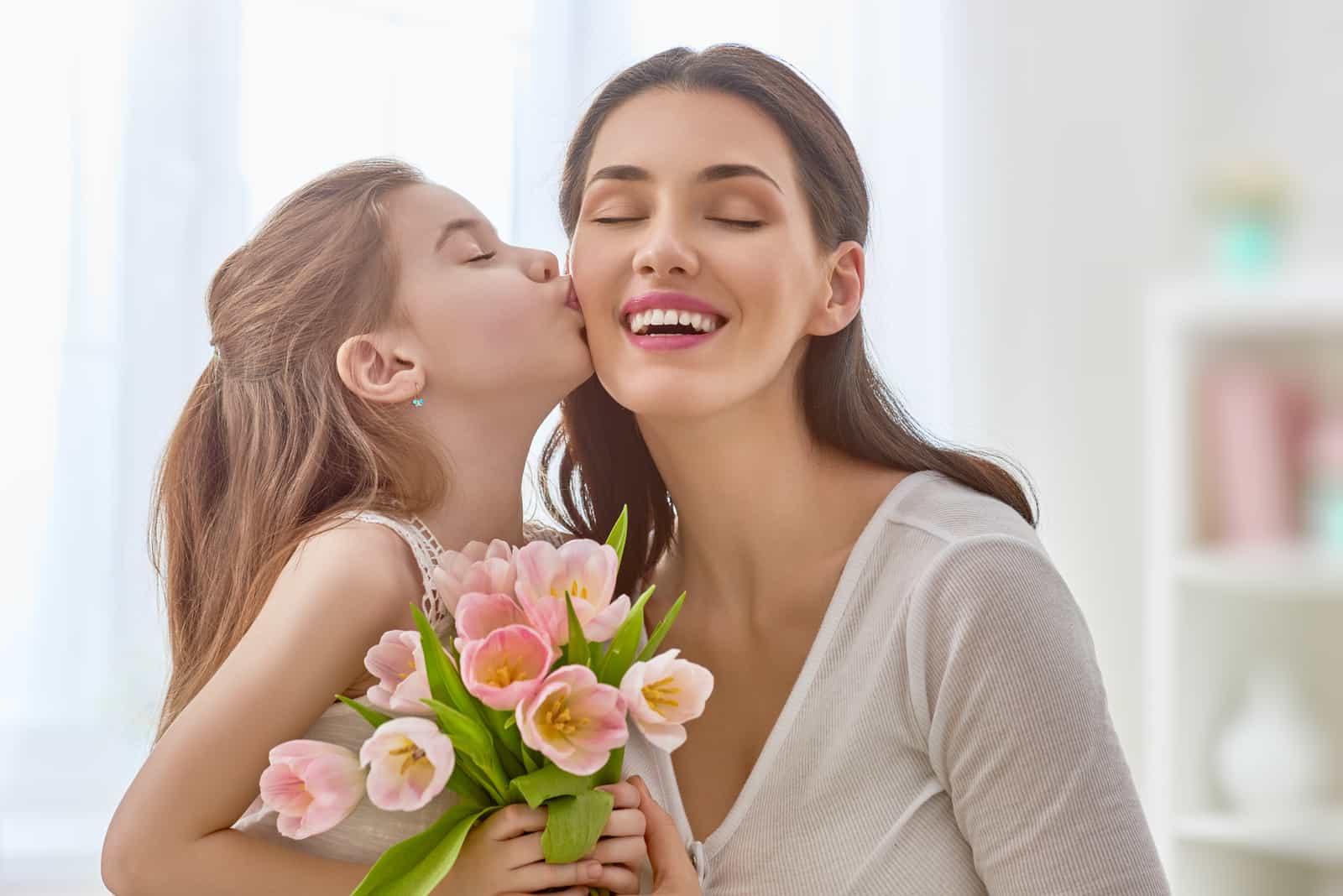 la fille a surpris sa mère avec un bouquet de roses