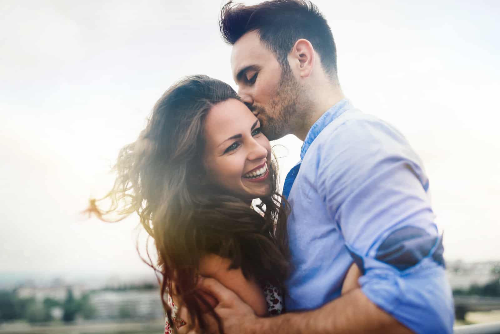 l'homme embrasse la femme et l'embrasse sur le front