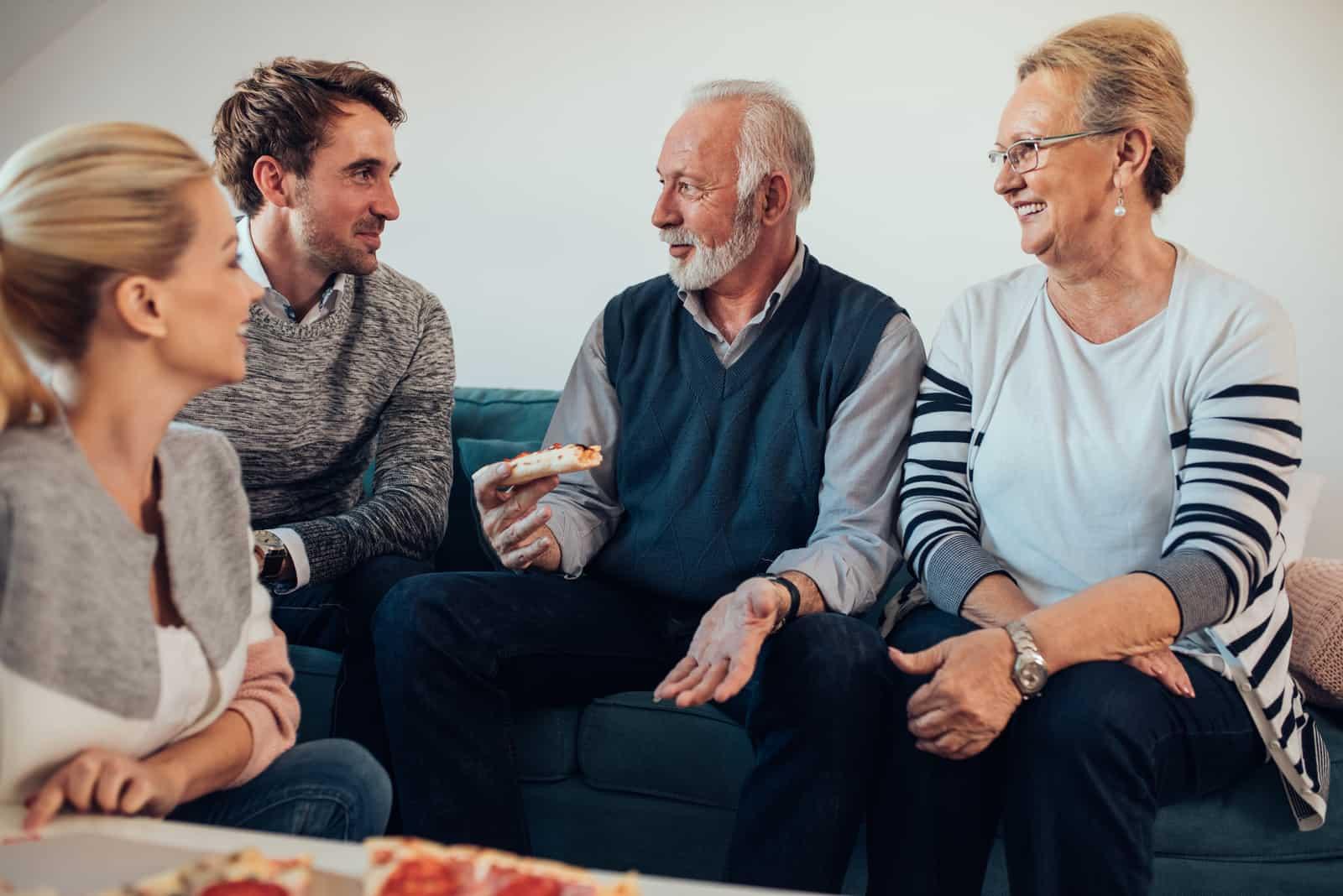 un homme et une femme sont assis avec la famille