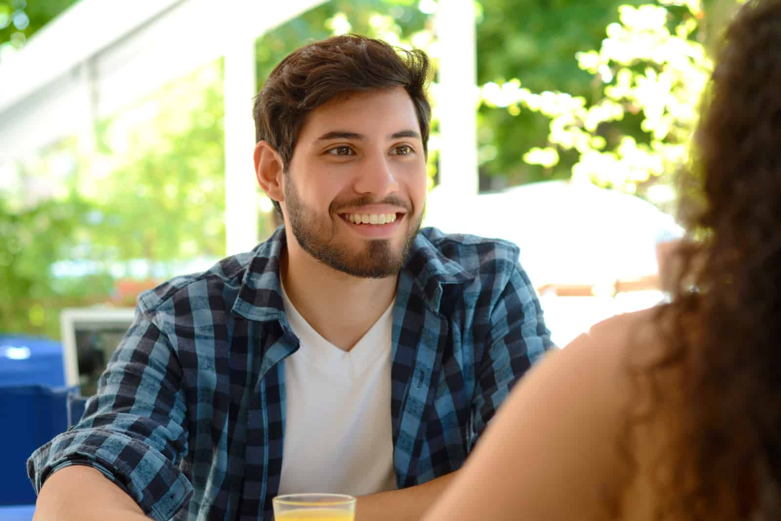 un homme souriant parle à une femme