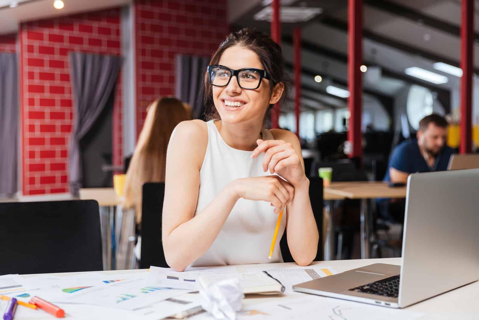 une belle femme avec des lunettes est assise