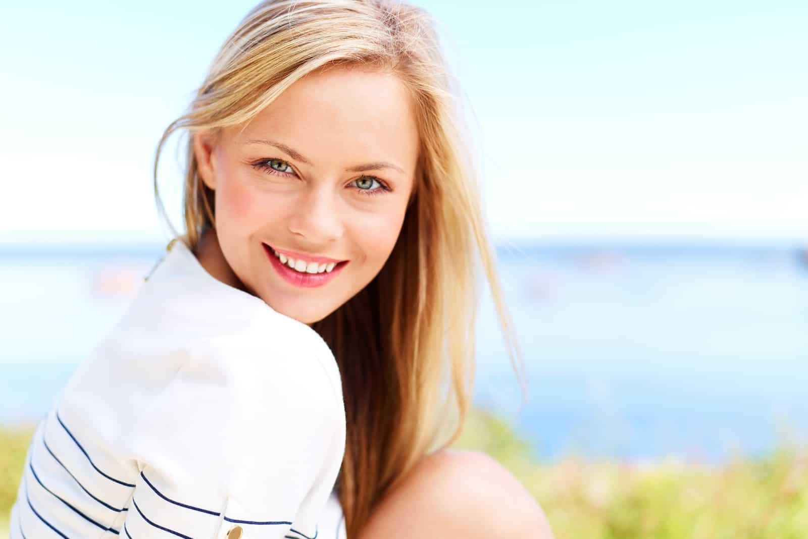 une femme aux cheveux blonds souriante