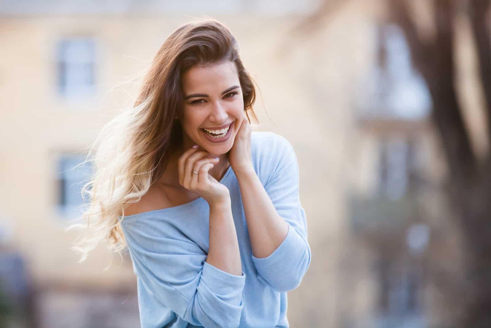 une femme aux cheveux bruns souriante