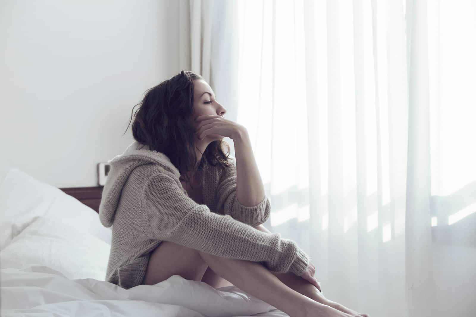 une femme imaginaire assise sur un lit