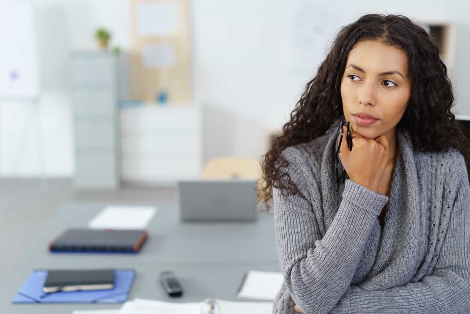 une femme imaginaire se tient dans le bureau et regarde ailleurs